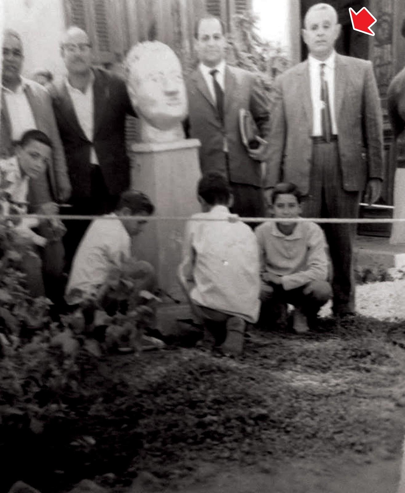 eab3fe4870eee السهم يشير إلى خالي الأستاذ محمد عبد الله في صورة تذكارية مع