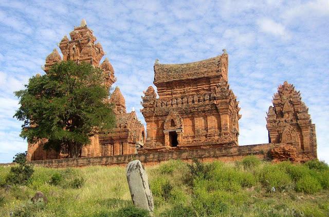 Cụm tháp Dương Long (xã Bình Hòa, huyện Tây Sơn) được xây vào vào cuối thế kỷ 12, thời kỳ phát triển rực rỡ nhất của văn hóa nghệ thuật Chămpa. Trong số hơn 60 công trình kiến trúc tháp còn lại trên dải đất miền Trung - Tây Nguyên, Bình Định là địa phương thứ hai có nhiều tháp Chăm nhất Việt Nam, chỉ sau Mỹ Sơn (Quảng Nam).