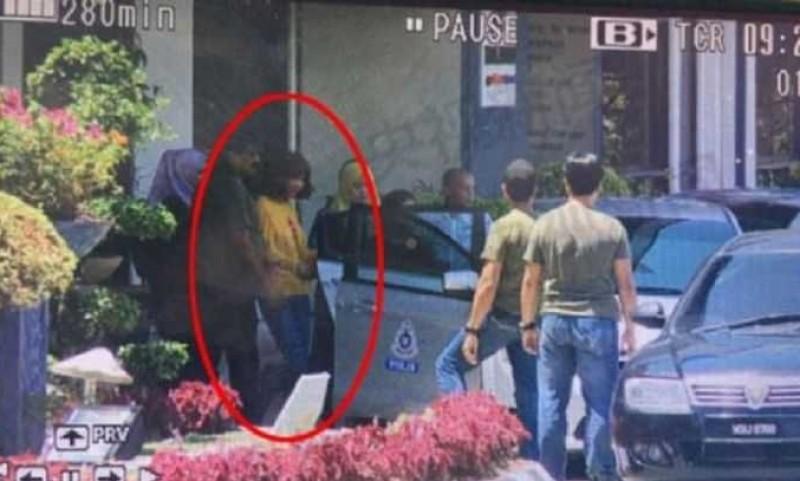 Siti Aisyah (berbaju kuning) saat diamankan polisi