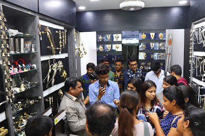 Students should get all the knowledge about interior designing material, idi student visiter to bharat Hardware