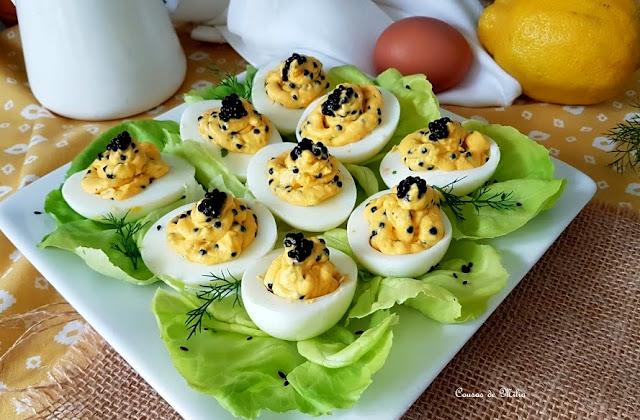 """Huevos rellenos de """"caviar"""""""