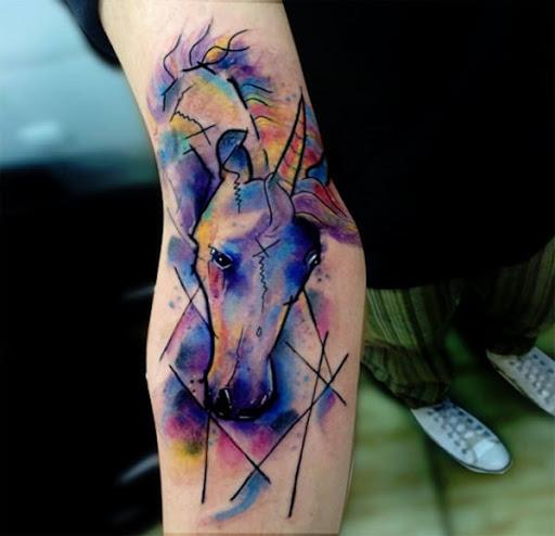 Salpicar o unicornio com aquarelas