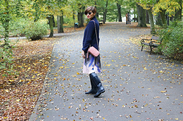 plisowana spódnica, jesienna stylizacja, kalosze, stylistka poznań, stylistka, spódnica, casual, street style,