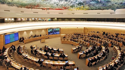 Le non-respect des droits de l'homme et de l'État de droit ont valu de nombreuses critiques à l'Arabie saoudite. Entre 1996 et 2000, l'Arabie saoudite a signé quatre conventions des droits de l'homme de l'ONU et en 2004, le gouvernement a approuvé la création de la Société nationale pour les droits de l'homme pour superviser leur application; mais ni ces conventions ni cette création n'ont eus d'effets significatifs, ce Royaume reste une une dictature sanguinaire réprimant par l'exécution toute tentative d'opposition a son régime despotique.