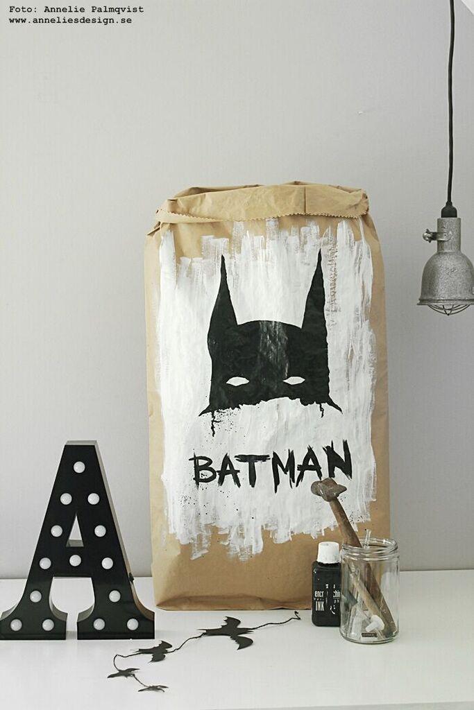 batman, förvaring, förvaringspåse, papperspåse, papperspåsar, batmanmotiv, barnrum, barnrummet, bokstavslampa, bokstavslampor, annelies design, inredning, webbutik, webbutiker, webshop, svart och vitt svartvit, svartvita,