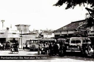 Foto halte atau tempat pemberhentian bis di alun alun pekalongan Jaman Dulu Lengkap