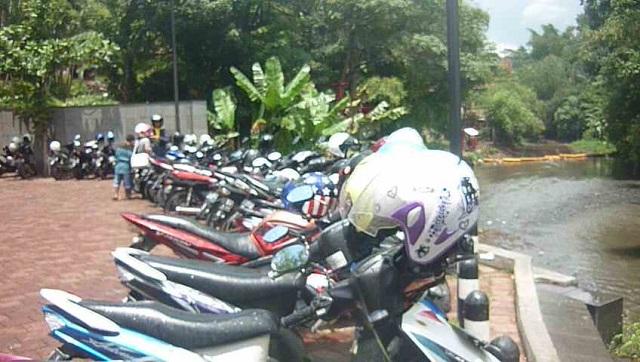 tempat parkir motor teras cikapundung kota bandung jawa barat