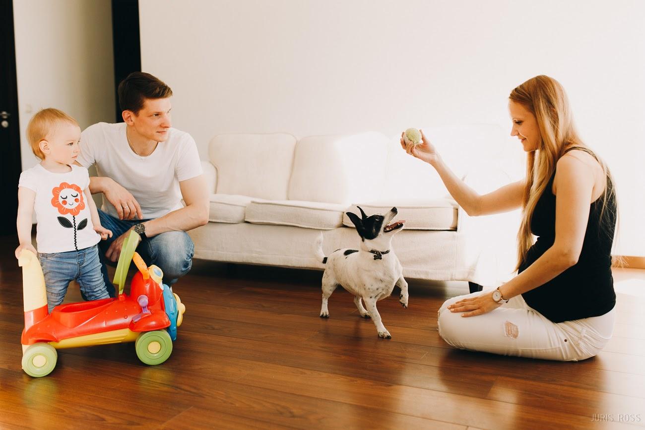 bērni un suns mājās