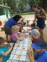 діти випробовують музичний інструмент сопілку