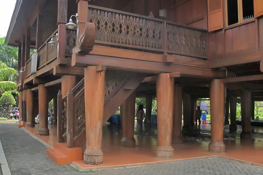 Tiang kayu pada Rumah Sessat