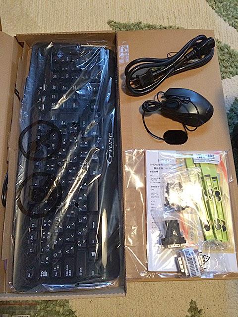 キーボード、マウス、電源コード、HDD取り付けパーツ、変換コネクタ