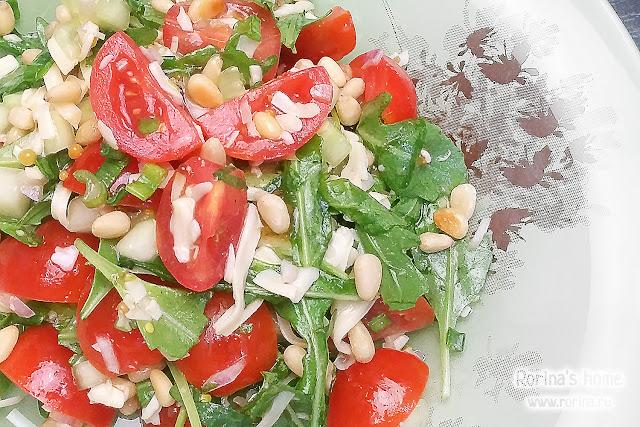 Салат с рукколой, помидорами и сыром