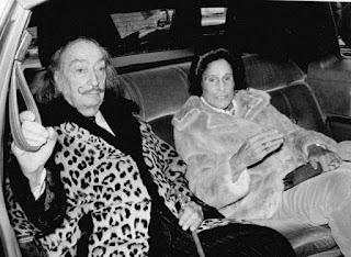 пожилые Дали и Гала в машине