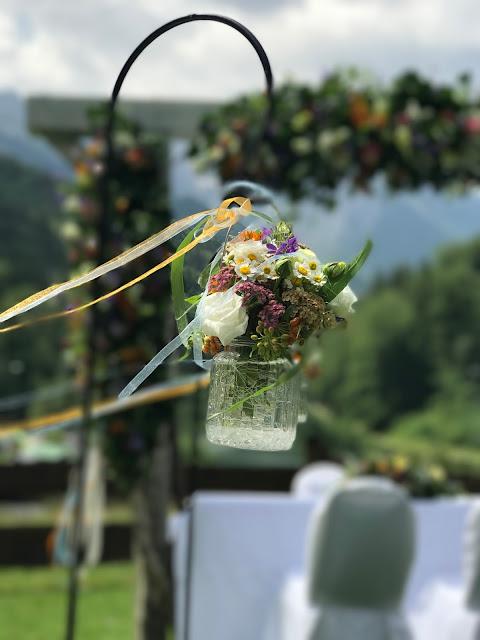 Trauung unter freiem Himmel Bunte Wiesenblumenhochzeit im Riessersee Hotel Garmisch-Partenkirchen, heiraten in Bayern, zwei Bräute, Regenbogen