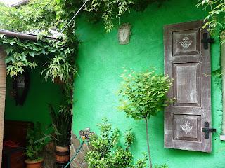płaskorzeźba, twarz wisząca na zielonej ścianie