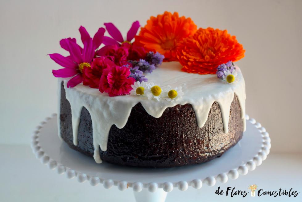 Bizcocho de chocolate sin huevos y con mucho colorido de flores comestibles