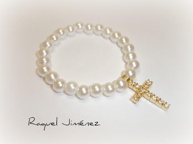 pulsera de perlas con cruz