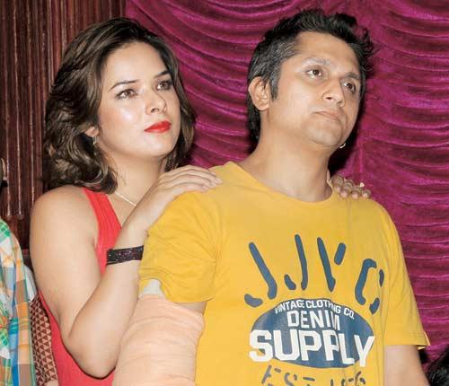 hot actress udita goswami with husband