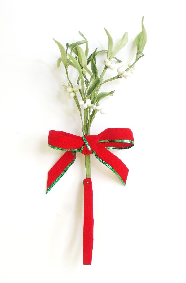DIY Gumpaste Mistletoe for Christmas Cake Decoration - via BirdsParty.com