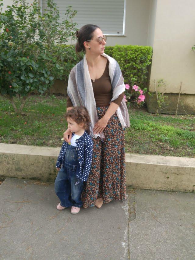 Saia comprida marrom floral, blusa também marrom estilo medieval e echarpe