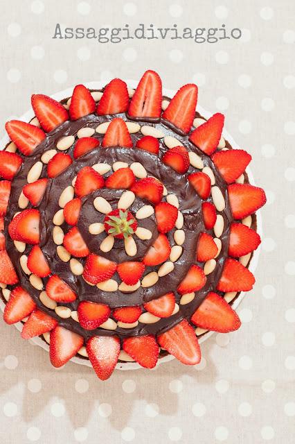 Crostata frangipane al cioccolato, fragole e mandorle
