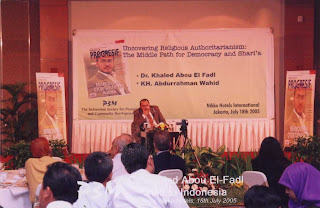 "Dr. Khaled Abou el-Fadl saat berbicara sebagai narasumber acara simposium ""Undercovering Religious Authoritarianisme: The Middle Path for Democracy And Shari'a""  [18 Juli 2005]"