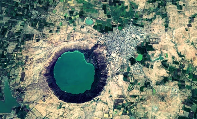 lonar-lake-sarover-crater-lake-photos