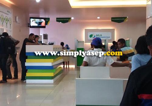 LUAS : Bagian dalam kantor BPJS Kota Pontianak di Jalan Ahmad Yani ini luas dan berpendingan AC.  Duduk dengan  tenang menanti nomor antrian di panggil.  Foto Asep Haryono