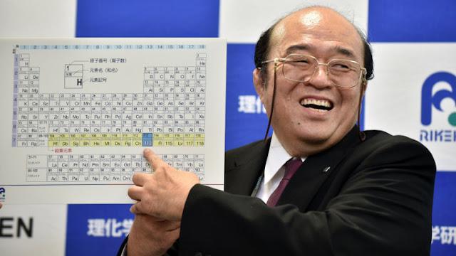 Kosuke Morita, investigador jefe del instituto RIKEN, muestra una tabla periódica que incorpora los nuevos elementos atómico 113, 115, 117, 118, durante una conferencia de prensa en Wako, Japón
