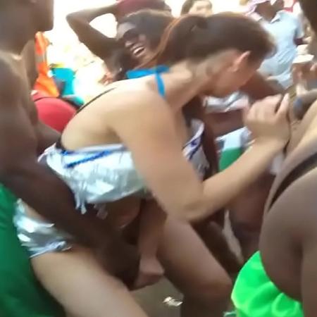Africanos comendo a buceta de turista no meio da rua