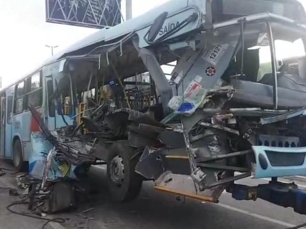 Passageira de 87 anos tem corpo esmagado em acidente entre ônibus e caminhão no Mondubim