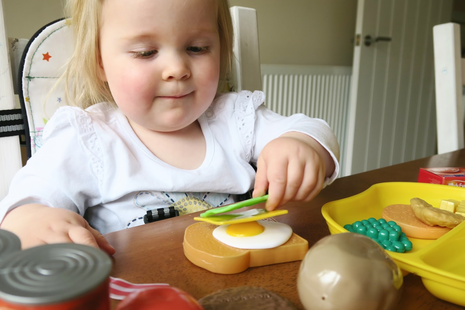 Encourage your child to explore role-playing and pretend play with this grocery set from Casdon