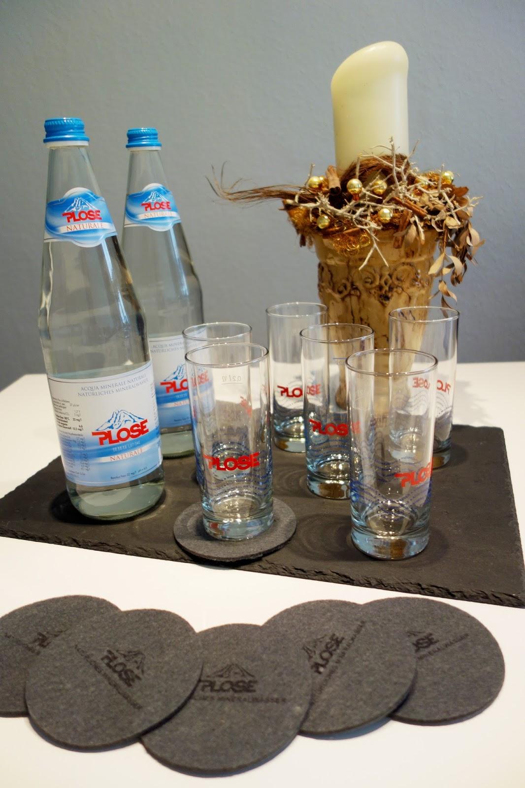 Plose Mineralwasser mit Gläsern und Untersetzern