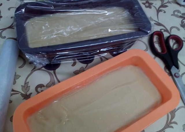 Pasos para preparar jabón para ropa con aceite reciclado: tapamos los moldes con papel transparente y una manta