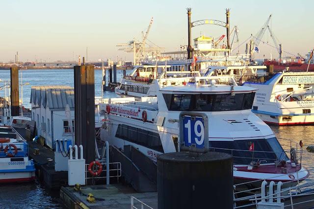 Schiffe im Hafen Hamburg
