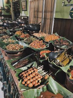 Mencicip Masakan Jawa di Warung Mbah Jingkrak yang Antik!