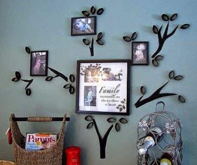 Buat 'family tree' dari kertas bekas tisu rol. Bisa jadi bingkai foto sekaligus hiasan dinding