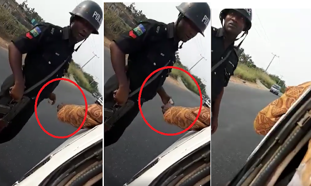 2rQTX2R VIDEO: Nigerian Police Officer Caught On Camera Collecting Bribe