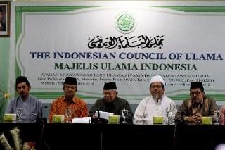 Banyaknya organisasi massa yang menggelar aksi sweeping di berbagai pusat perbelanjaan usai dikeluarkannya fatwa haram Majelis Ulama Indonesia (MUI) terkait larangan bagi Umat Muslim untuk mengenakan atribut Natal sangat di sayangkan pihak MUI dan Kepolisian