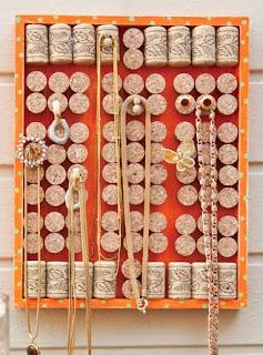http://www.portaldeartesanato.com.br/materias/1879/porta-bijuterias+de+rolhas