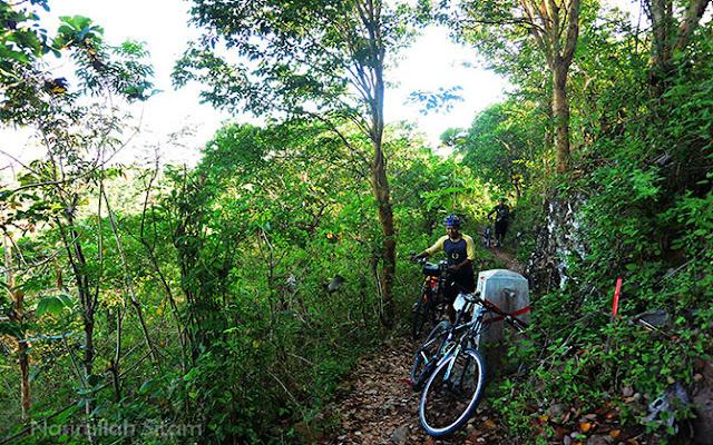 Mari nuntun sepeda, jalannya asyik dan asri