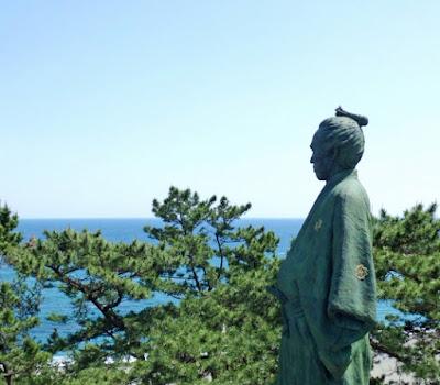 桂浜で海を望む坂本龍馬像