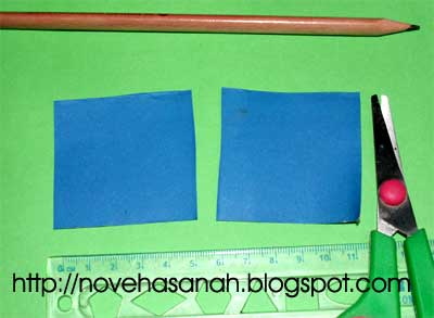 potong 2 helai kertas berbentuk persegi ukuran 5 cm x 5 cm untuk bagian tabung bahan bakar roket kertas