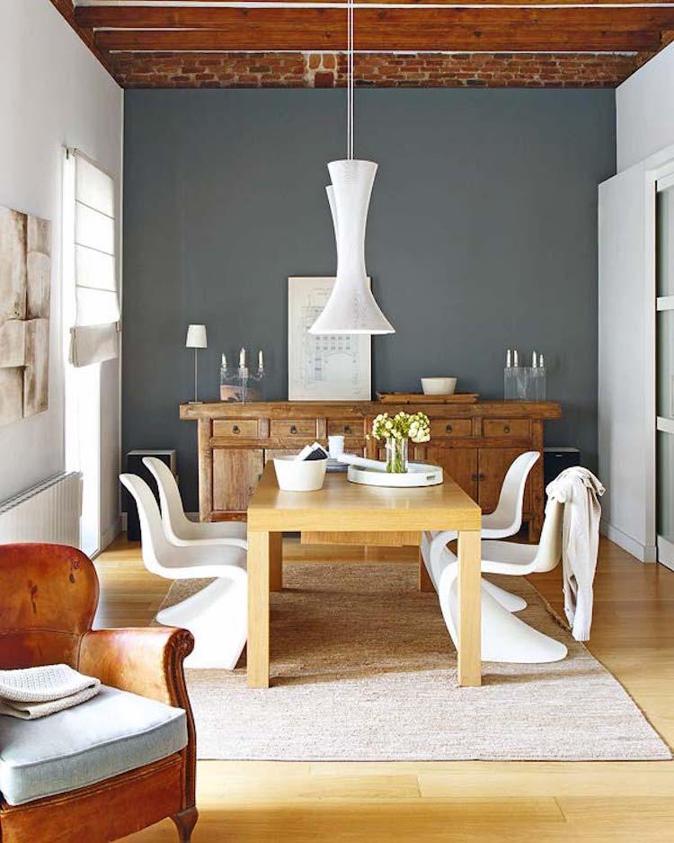 salón con sillas phanton o Panton y lámparas de diseño suspendidas