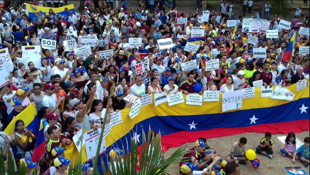 Venezolanos en Panamá organizan protesta y xenófobos llegan para disolver