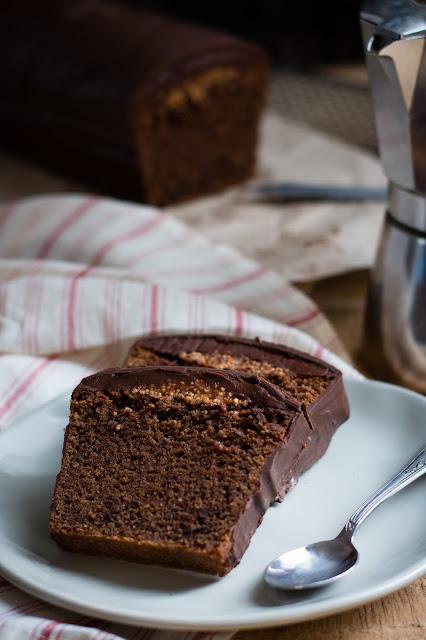 Cake au chocolat noir, croustillant et ganache, glaçage au chocolat