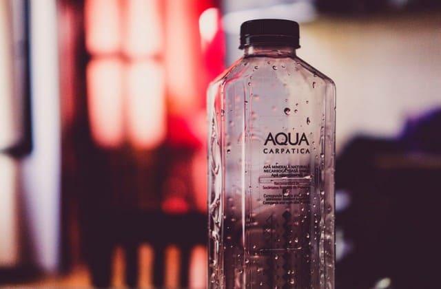 Siapkan air mineral untuk berjaga-jaga ketika kamu tiba-tiba merasa haus