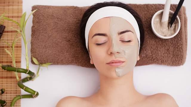 Hasil gambar untuk membersihkan wajah dengan bahan alami