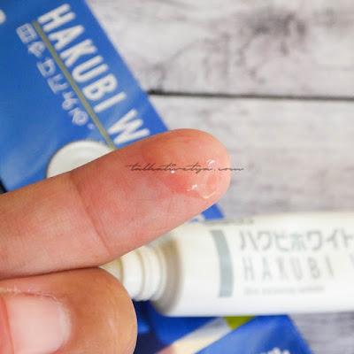 tekstur Hakubi white c gel yang berupa gel yang memberikan rasa dingin saat diaplikasikan ke kulit dan membantu mengurangi inflamasi dan kemerahan pada kulit yang disebabkan oleh sinar matahari.