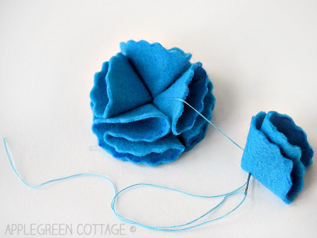 How to make DIY felt flowers with free templates in 3 sizes and 4 designs. A simple yet adorable decoration for all occasions! Throw a few of them in a cute little fabric bin and you get a great DIY gift for your friends. Make cute gift toppers, or even gorgeous wedding decoration on a budget.